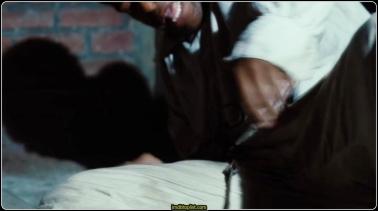 12 YEARS A SLAVE bir adamın hayatta kalma ve özgürlük mücadelesinin inanılmaz gerçek hikayesinden uyarlanmış. İç Savaş öncesi Amerika Birleşik Devletleri'nde New York'ta yaşayan özgür bir siyahi olan Solomon Northup (Chiwetel Ejiofor) kaçırılır ve köle olarak satılır. (Michael Fassbender'ın canlandırdığı kötü kalpli bir köle sahibiyle somutlaşan) zalimlikle ve beklenmedik nezaketle karşı karşıya kalan Solomon hem hayatta kalmak hem de onurunu korumak için mücadele eder. Unutulmaz yolculuğun on ikinci yılında Solomon'un köleliğin kaldırılmasını savunan Kanadalı biriyle (Brad Pitt) tanışma şansına erişmesi hayatını sonsuza dek değiştirir.