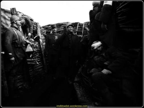 Filmin konusu Fransız ordusundaki komuta kademesinin savaşmak istemeyen askerlere gözdağı verip korkutmak amacıyla suçsuz askerleri kurşuna dizmesidir. Fransız Ordusu da savaş sırasında diğer müttefik orduları gibi korkaklık suçundan dolayı infazlar gerçekleştirmiştir. Ancak filmin merkezinde duran sorun, verilen emre karşı gelerek saldırıya geçmeyen tüm cephenin yerine rastgele seçilen askerlerin kurşuna dizilmesidir. Bu tür cezalandırma tarihte Romalılar tarafından yaygın olarak uygulanmıştır. Onuncunun cezalandırılması olarak dilimize çevrilebilecek decimation cezasında suçlular arasından her on kişiden bir tanesi öldürülerek ceza uygulanır. Bu ceza Fransız Ordusunda, Flanders yakınlarında 15 Aralık 1914 tarihinde geri çekilen Cezayir Alayı 8.Tabur 10. Bölük askerleri hücum emrine uymayınca uygulanmıştır.