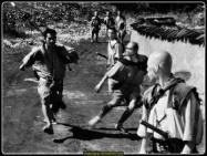 Usta Samurai Kambei'nin cesareti ve fedakarlığına şahit olan bir grup köylü ondan sürekli olarak haydutların baskınlarına uğrayan köylerini korumasını isterler. Kambei bu isteği herhangi bir çıkarı olmamasına rağmen kabul eder ve ilk olarak kısa süre sonra müridi olan genç samurai Katsushiro'yu, ardından da güç kullanmaya meraklı bir samurai olarak görünen, fakat sonradan bir çiftçinin oğlu olduğu ortaya çıkan Kikuchiyo'yu yanına alır. Takımına dört yeni samurai daha ekleyerek köyü savunmaya girişen Kambei köylüler tarafından sevinçle karşılanır ve herkesin sevgisini kazanır; bir süre sonra onlara kendilerini savunmayı öğretmeye başlar. Bu arada haydutlar köyün sınırlarında dolaşmakta ve yeni saldırıları için uygun bir zaman kollamaktadırlar...