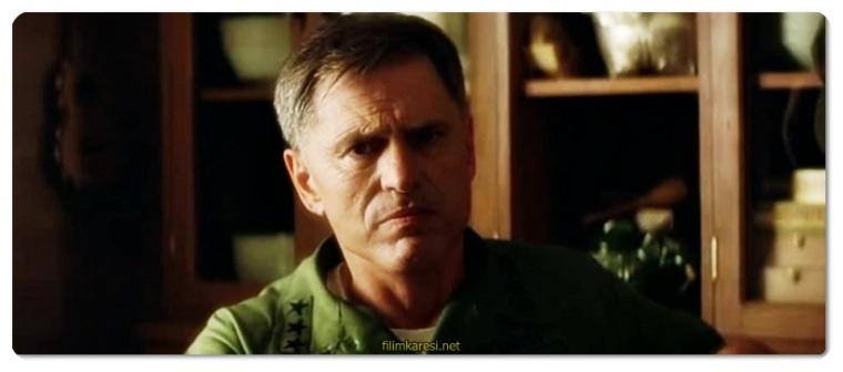 Yüzbaşı Willard (Martin Sheen), Vietnam'da Amerikan ordusuna başkaldıran ve vahşi yöntemlerle bir orman kabilesini yöneten Albay Walter Kurtz'ü (Marlon Brando) bulup öldürmekle görevlendirilir. Kurtz'ün izinde, insan yüreğinin karanlığıyla savaşın gerçekliği arasında kalan Yüzbaşı Willard, çok geçmeden sonsuz bir kabusun içine sürüklenecektir.