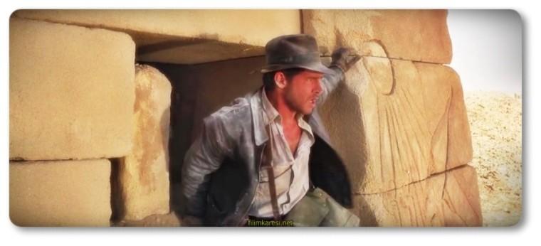 Alıngan eski aşkı, güzel Marion'u (Karen Allen) yanına alan Indy, kutsal güçleri olduğuna inanılan Ark'ı bulmak üzere maceradan mecaraya atılıyor. Bir dizi zehir, tuzak, yılan ve ihanetle boğuşarak hayatta kalma mücadelesi veren Indy, Ark'ı Nazilerden önce bulmak zorunda.